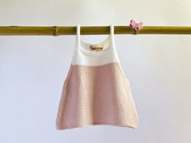 Vestido de punto sin mangas de color rosa pálido y blanco. Es perfecto para salir de paseo en primavera o verano con tu bebé. En primavera se lo puedes poner con una camiseta debajo. Y en verano...