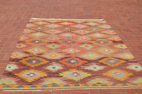 Kilim nacque allAnatolia. Tappeto Kilim è per lo più 50-70 anni, tessuti a mano e vintage. Ciascuno dei kilim ha un motivo unico anche ciascuno di motivo ha un significato unico. Motivi sui Kilim sono come sua lingua.  Se volete rendere la vostra casa una differenza, non ci sono tappeti kilim unico per la vostra casa, qui.    D E T A I L S  > 72 x 105 / 183 x 267 cm ca.  > Questo tappeto kilim realizzato con lana e tintura naturale.    P A Y M E N T  PayPal non è attivo in Turchia. Questo…