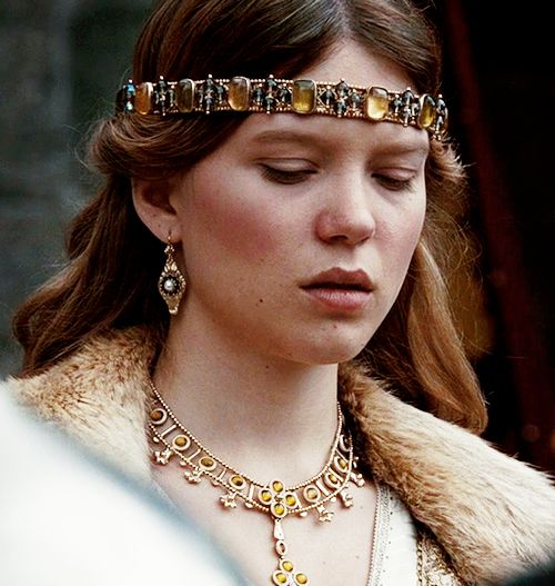 For her 14th nameday, Cassie's father gave her the jewels of Argella Durrandon, the Last Storm Queen. A gold circlet, set with amber and onyx, and a matching necklace