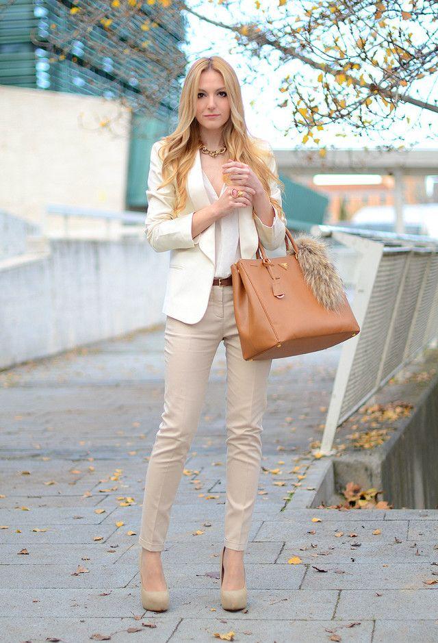 outfits de oficina. Chica usando un pantalón beige y blusa blanca