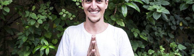 """Oberom, escritor, professor de ioga, ativista dos direitos dos animais e adepto da prática do """"Processo dos 21 Dias"""", explica que a alimentação prânica, também conhecida como """"viver de luz"""", parece loucura, mas serve para trabalhar o ego."""