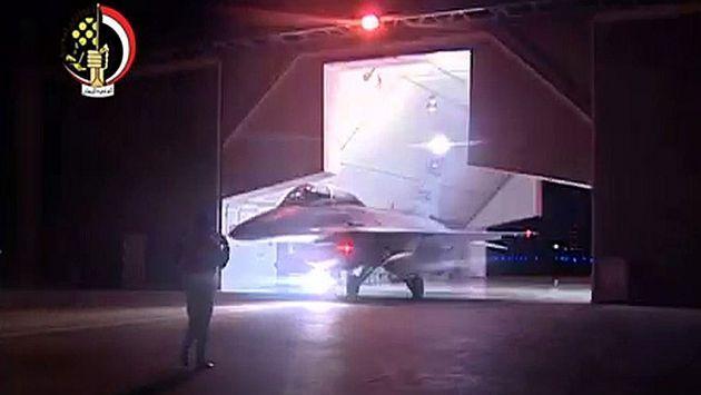 La Fuerza Aérea de Egipto bombardeó este lunes blancos de Estado Islámico dentro de Libia, luego que el grupo divulgó un video sobre la decapitación de 21 cristianos coptos en territorio libio, lo que marcó una escalada de la lucha de El Cairo contra los militantes.