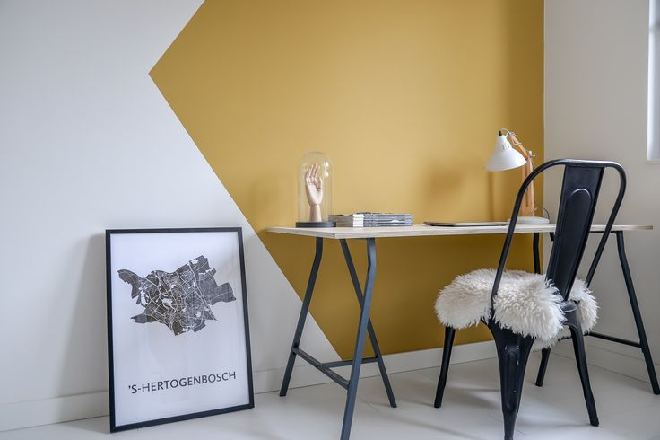 Op zoek naar een goedkoop bureau? In deze blog laat ik zien hoe je gemakkelijk en goedkoop zelf een bureau maakt van underlayment en IKEA schragen.