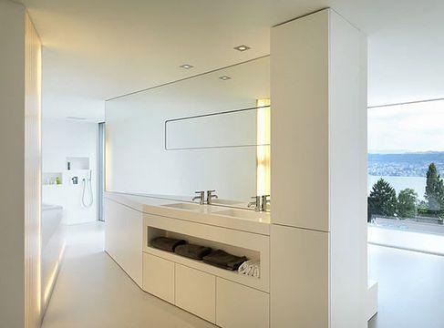 Une salle de bains ouverte sur la blancheur