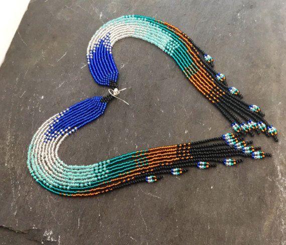 Extra lange Native American beaded earrings, Boheemse Navajo, Huichol, Tribal, zaad kraal, Ombre oorbellen, blauw, zilver, aquamarijn, brons schouder stofdoek oorbellen, presentatie van een prachtige geometrische ombré motief dat verdwijnt van royal blauw zilver, aquamarijn, aqua, brons en zwart met een delicate lus eindigen, dit elegante paar brengt een verklaring afwerking aan elke look. Draag jou met rondlopende om haar te laten stelen de show! Afmetingen met inbegrip van de oorbel…