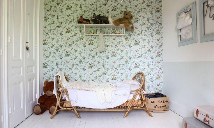 Chambre d'enfant, papier peint Au Fil des Couleurs, Hummingbirds. Lit en rotin et étagère Jeanne d'Arc Living. Au mur, nuage Pompom Pétillant.