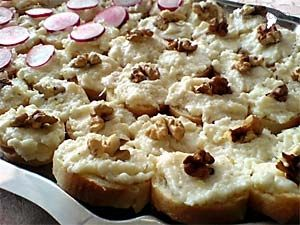 Famózní česneková pomazánka tvrdý sýr strouhaný majolka česnek (množství dle chuti) Strouhaný sýr smícháme s majolkou a následně přimícháme prolisovaný česnek (množství dle chuti) a trochu (čerstvě) mletého pepře. Výsledná konzitence by neměla být ani příliš hustá, ani příliš řídká aby se mohla jednoduše namazat na pečivo. Přestože je tento recept velejednoduchý výsledek pozitivně překvapí.