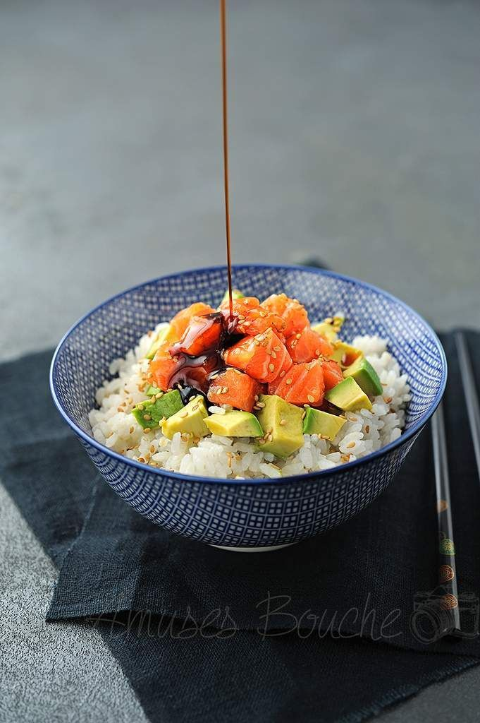 Chirashi au saumon, avocat et graines de sésame | Salmon Chirashi with avocado via Sandra Angelozzi
