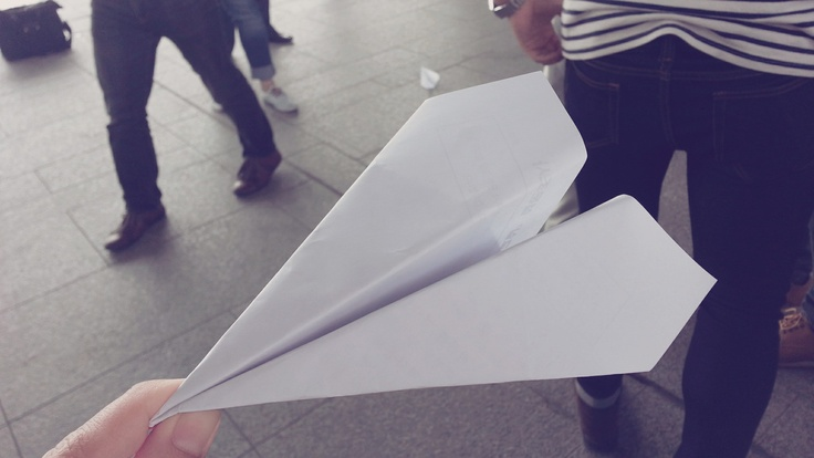 접는 법도 잊어버린 종이 비행기..