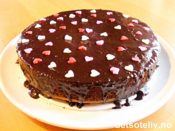 Bildet kan lett få deg til å tro at dette er en pen og ordinær sjokoladekake. Men hvis du steker kaken riktig - det vil si lite nok - raser kaken sammen straks du skjærer det første stykket. Og da er det bare å hente den største spiseskjeen du har og digge innpå:-)