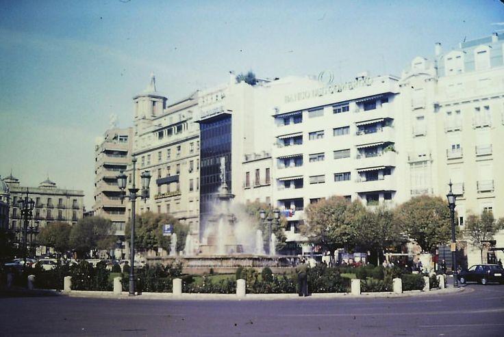 Juan Carlos Gómez (@jcgomvar) en Instagram: Una imagen de Puerta Real en Granada de finales de los años 80 del siglo pasado.