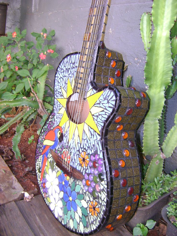 Violão em mosaico de pastilhas de azulejo.