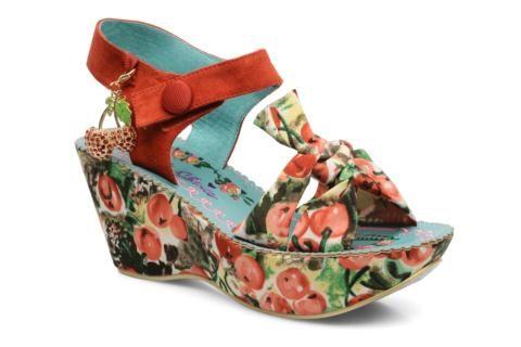 Les nouvelles sandales compensées Strawberry Fields vont souffler un vent fruité dans votre dressing cordonnier ! Pleine d'imagination et originales à souhait, ces compensées à l'esprit décalé dévoilent un imprimé cerises qu'on adore ! A porter avec un ju ...