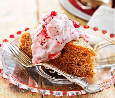 Mjuk pepparkaka med lingonsylt och grädde är en enkel och saftig kaka att baka till jul. Ett lätt recept att röra ihop och grädda i bakform eller långpanna. Den mjuka pepparkakan får sin juliga smak av gräddfil, nejlika, kanel och ingefära.