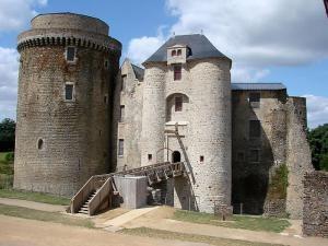 Château de Saint-Mesmin est un château situé sur la commune de Saint-André-sur-Sèvre dans le département des Deux-Sèvres, Poitou Charentes, France