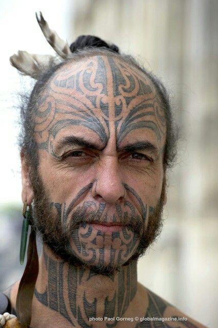 George Nuku, né en Nouvelle Zélande, est un artiste plasticien reconnu dans le monde entier pour ses oeuvres engagées. Il travaille le plastique et le plexiglas. George Nuku est identifiable avec ses tatouages de culture maorie. Ils symbolisent le parcours de sa vie. SD