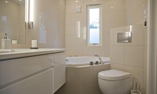 <b>KLASSISK:</b> Huseierne er fornøyde med planløsningen på badet. De har både fått plass til et sekskantet badekar i hjørnet, dusj, vegghengt toalett og mye oppbevaringsplass. Foto: Sigurd Fandango