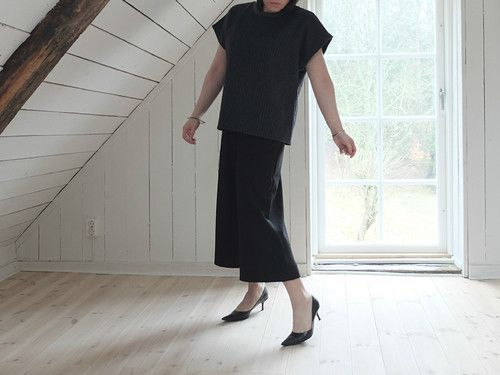 monochromatic outfit with culottes and pointy heels to elongate the legs