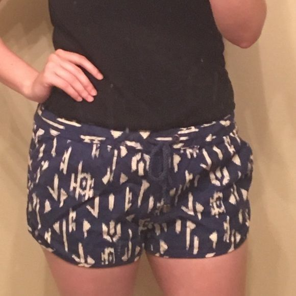 Aztec Print Short Shorts Blue and off-white linen shorts with a drawstring waist, 2 functional side pockets, and two faux back pockets! Forever 21 Shorts