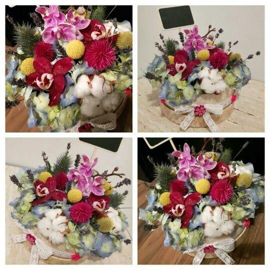 Cutie cu flori ravasite. www.buticulcuevenimente.ro  buticulcuevenimente@yahoo.com