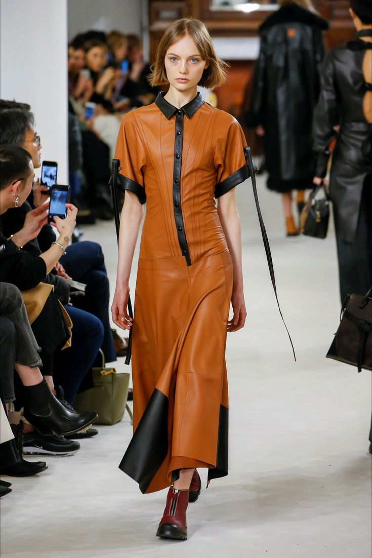 LOEWE 2018/2019 FALL-WINTER  representing leather maxi dress in earthy colors will still be a proposal that we've already seen in so many brands this year! now accents are not only contrasting but colors that create harmony such as cinnamon red and pumpkin orange