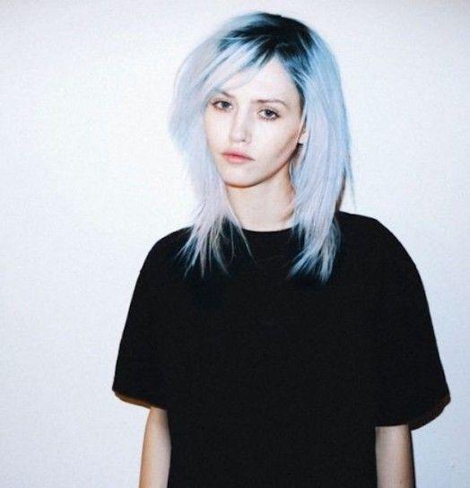 Hairstyle bicolor con sfumature azzurro serenity - Medium bob bicolore con radici scure e lunghezze Azzurro Serenity per i capelli del 2016.