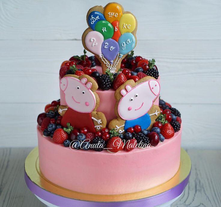 Небольшой двухъярусный #торт на детский день рождения! Всего 5 кг  Очаровательные пряники от Юли @kroviakova спасибо большое! #детскийторт #тортик #деньрождение #тортмосква #cake #cakes