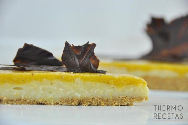 Sencilla tarta e caquis cubierta con una crema realizada con esta fruta. Un postre sencillo que podéis adaptar teniendo en cuenta vuestros gustos.