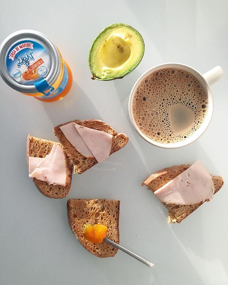 Bom dia Tomar o pequeno-almoço com sol e agora já chove imenso Pão aveia torrado Abacate Fiambre frango Doce abóbora Cha verde com café /  #breakfast #pornfood #pequenoalmoço #light #lowcarb #instafood #instafitness #oatbread #cleanfood #cafedamanha #cleaneating #desayuno #pumpkin #avocado #foodpic #fastfood #foodporn #fitnessfood #glutenfree #chiabread #greentea #paleo #doceabobora #abacate #instafood #hibiscus #sweetpumpkin #instagood #receitasmenshealth #paodeaveia #chiken by p_verdinho
