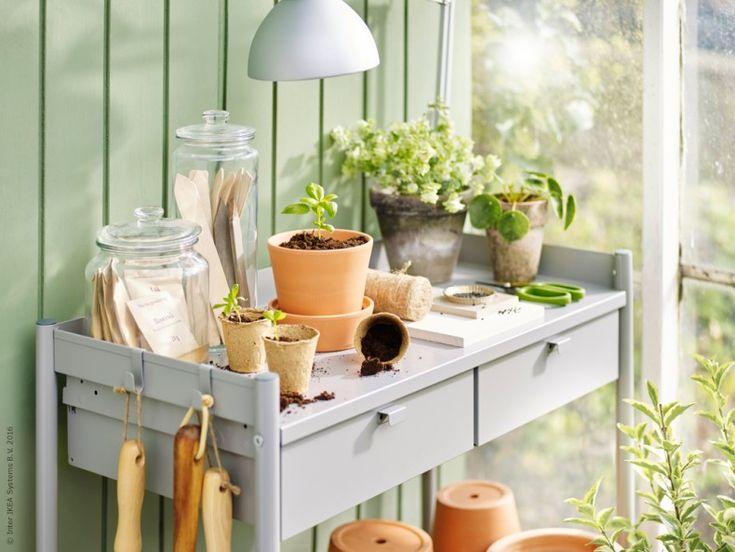HINDÖ planteringsbänk, de smarta lådorna stuvar enkelt undan trädgårdsredskap och annat som är bra att ha nära till hands. INGEFÄRA krukor.