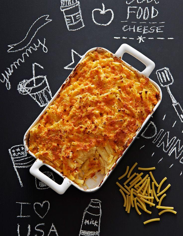 Recette Mac and cheese au cheddar : Faites fondre dans une casserole 30 g de beurre, ajoutez 15 g de farine et remuez sans cesse sur feu doux. Versez peu à peu 6 dl de lait chaud, épaississez à la spatule et ajoutez 150 g de cheddar râpé, quelques pincées de noix muscade. Poivrez. Mélangez à...