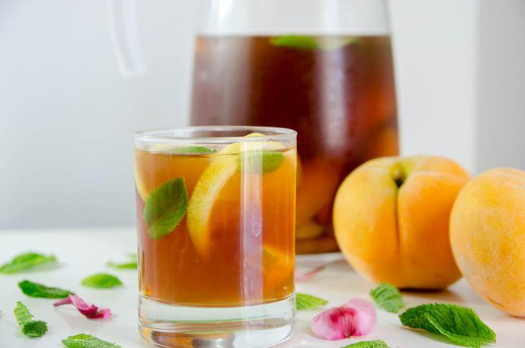 Холодный чай с мятой и персиками