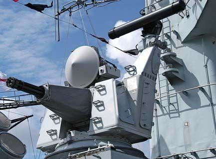 """Portero de cerca en el sistema de armas desarrollado conjuntamente por la empresa holandesa """"aparato signal"""" (cabeza) y los EE.UU. 'General Electric', encargado por la Marina de los Países Bajos, es un sistema autónomo, armas de la nave están optimizados para hacer frente a RCC en el último turno de la defensa. Los principales subsistemas funcionales del complejo son montar la pistola sistema de """"C-30 Volcán"""" radar y control de incendios. El montaje del arma y la antena radar montados en una…"""