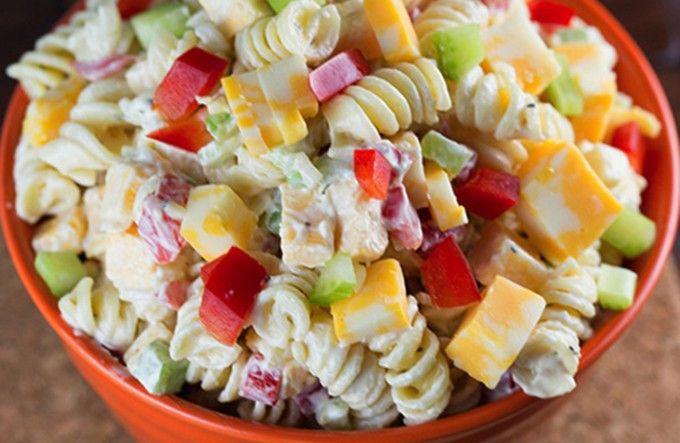 Kuřecí salát bez mojanézy s medově hořčicovým dresinkem. Vhodný jako příloha nebo jako lehké hlavní jídlo.
