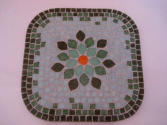Base MDF, trabalho de mosaico com pastilhas de vidro. Tamanho: 25x25cm