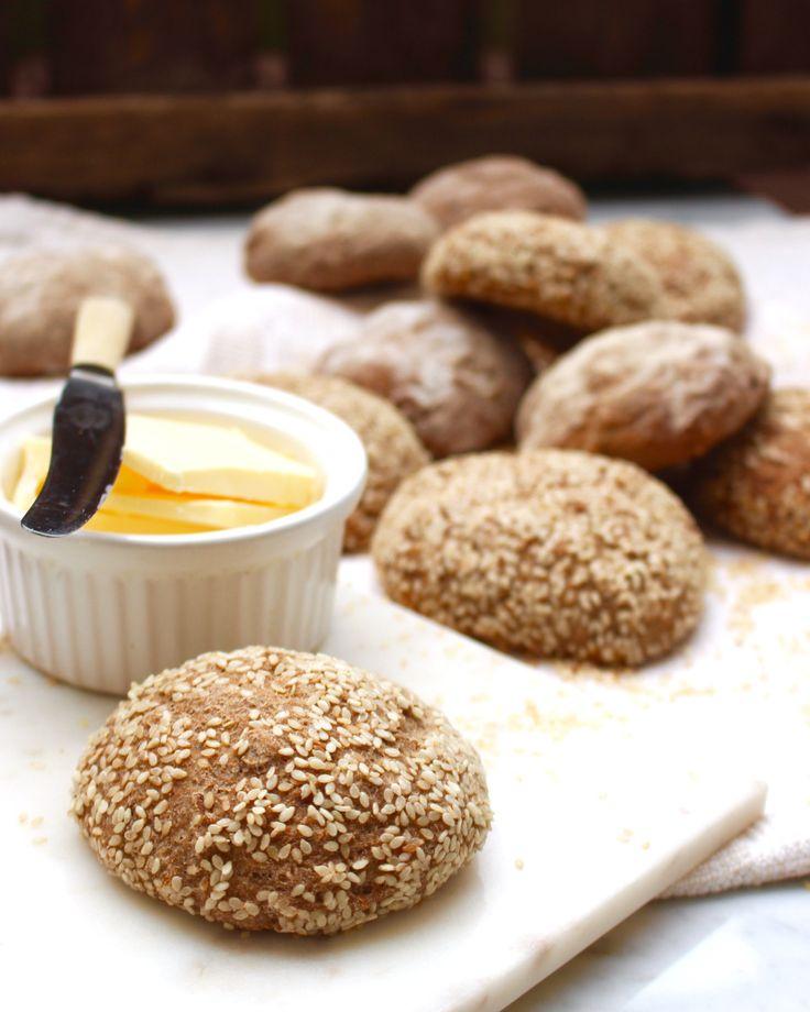 Underbart goda fullkornsfrallor med naturligt glutenfria ingredienser och utan extra stärkelse! Enkla att göra: rör bara ihop smeten (ingen knådning), låt vila 10 min, rulla frallor och låt jäsa 1 …