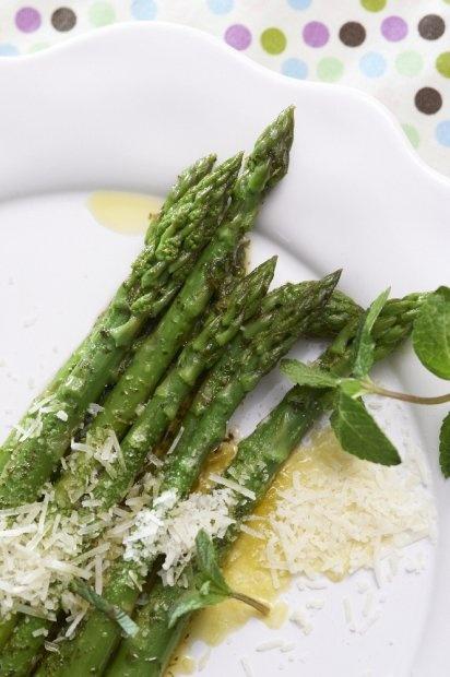 Szparagi z masłem miętowym
