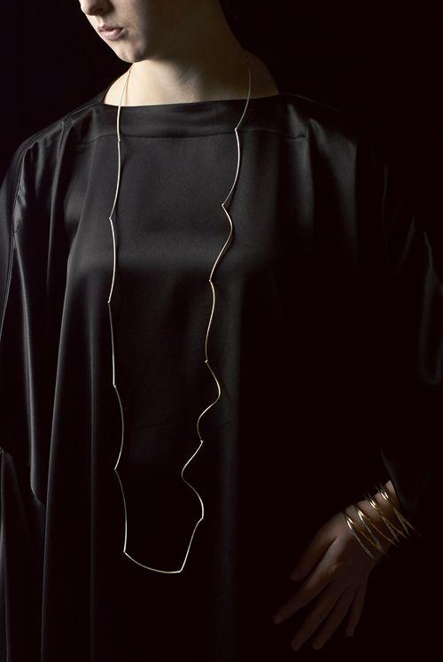 Линда Ван Никерк. Шарфик: Серебряные Облака, Золотой Шторм, 2013. Стерлингового серебра, 22ct золото покрыло на серебро, шелк. Браслет: Золотая Карусель Мульти-спиновых 2013  . Серебро, 22ct позолоченные на стерлингового серебра . Изображения : Питер Уайт.