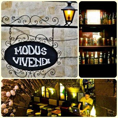 El Modus Vivendi es el primer pub de la historia de Galicia. Abrió una senda por la que enseguida empezaron a entrar nuevas músicas, nuevas tendencias, y nuevas maneras de ser en la noche. Actualmente siguen tratando estar a la altura de su propia historia, con un completo programa de espectáculos. Música, teatro, fotografía, pintura… entraron una vez por esa senda, para quedarse para siempre.