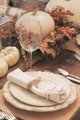 French Country holiday table setting  http://3.bp.blogspot.com/-5xkZXRNq6j8/TsCPqRwnp4I/AAAAAAAAIn0/9XWJ0KFI8kw/s400/IMG_5619.jpg