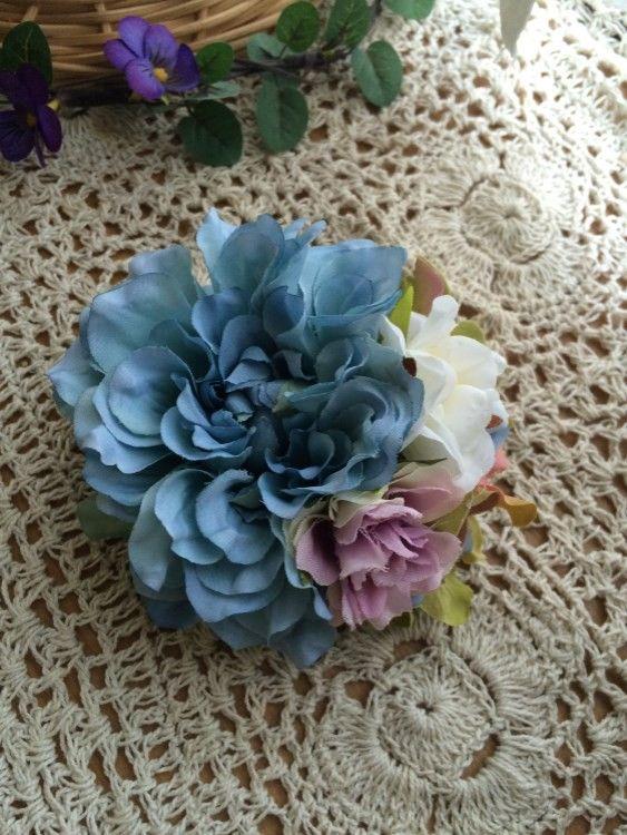 ライトブルーダリアとミニバラの落ち着いたお色のコサージュです。アートフラワー(造花)は枯れることなく、永久に咲き続けますので 長くご使用いただけます。 裏はダ...|ハンドメイド、手作り、手仕事品の通販・販売・購入ならCreema。