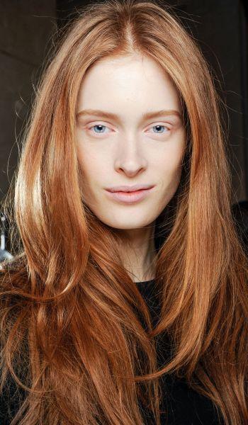 O vermelho alaranjado funciona para mulheres de pele clara com fundo rosado