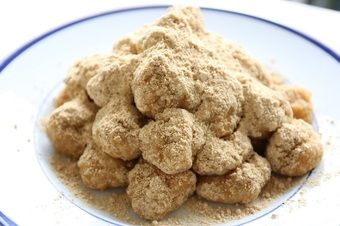 半夏生餅  30個 もち米  2合 小麦粉  200g きな粉・砂糖・塩 適量 1.もち米は洗って、一晩水に浸けておく。 2.きな粉と砂糖、少量の塩を合わせておく。 3.1のもち米をザルにあげて水気を切り、30分ほど蒸す。 4.同量の水でときこねた小麦粉(ねばねばです)を3のもち米の上にうすく引いてさらに15分ほど蒸す。蒸しが足りなければ追加で蒸します。5.蒸し上がったら普通の餅と同じようにつく。つきにくい場合、ぬるま湯を少しずつ加えてください。 6.つきあがった餅を好みの大きさに丸め、2のきな粉をまぶす。7.お好みで皿の上からきなこをかけて出来上がり。