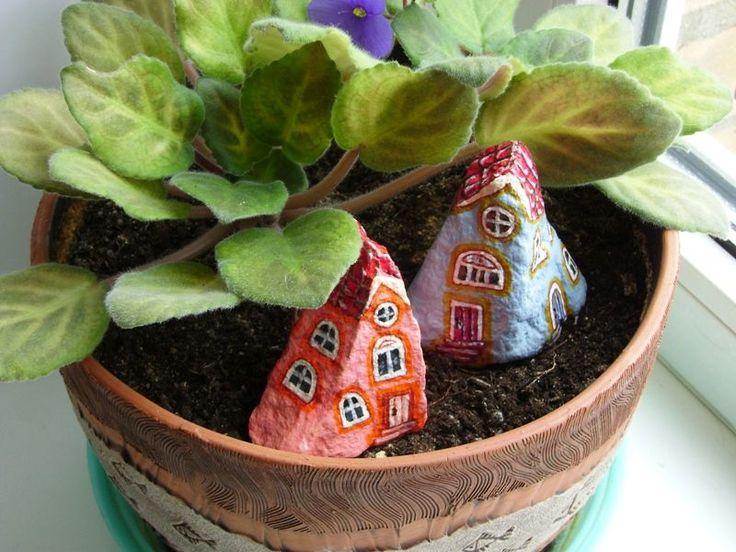 Я делаю декоративные домики из камушков, это роспись на природных камнях. Они подходят для интерьера, горшечных растений, для сада и клумб. Решила собрать все домики в одном месте, сделать галерею, сюда буду добавлять новые по мере появления. 1. Домики в саду. 2. Домик 4 двери. 3. Домики с голубыми крышами. 4. Домики с остроконечными крышами.