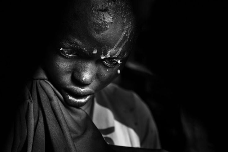 Nasirianin pää ajalleen ihokarvoista päivää ennen ympärileikkausta Masai-kylässä Keniassa. Tuomariston kommentti. Voittaja on klassinen kuvajournalisti, joka haluaa muistuttaa, että maailma on yhä täynnä kärsimystä. Vähintä mitä me...