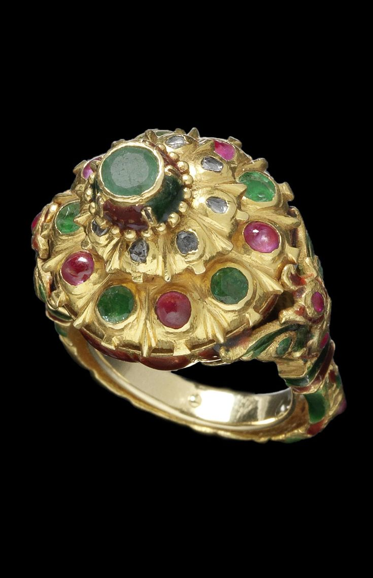 Indonesia | Gold ring; enamel, rubies and emeralds | ca. early 20th century | Est. 3'000 - 5'000£