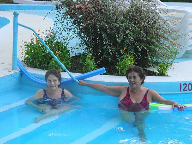 Liquiñe 2008. Disfrutando la piscina con Lucy.