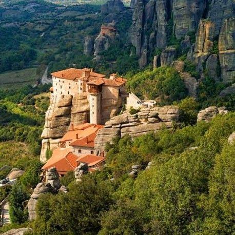 Circuito cultural en autocar con guía en español de 2 días y 1 noche, visitando Delfos y los monasterios de Meteora, con guía oficial y entradas incluidas.