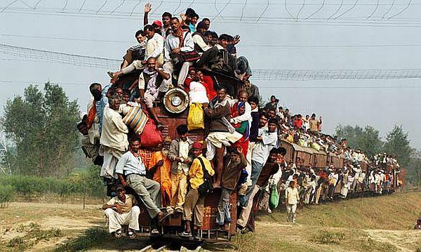 Výsledek obrázku pro plný vlak lidi v indii