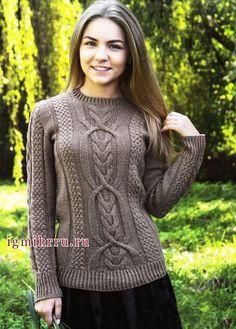 Коричневый пуловер с красивыми фантазийными узорами. Вязание спицами